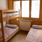 1 chambre avec 1 lit superposé (90 x 190 cm) et 1lit (90 x 190 cm) avec oreillers, traversins et couvertures
